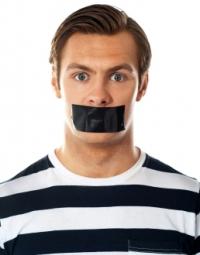 Mężczyzna z ustami zaklejonymi taśmą